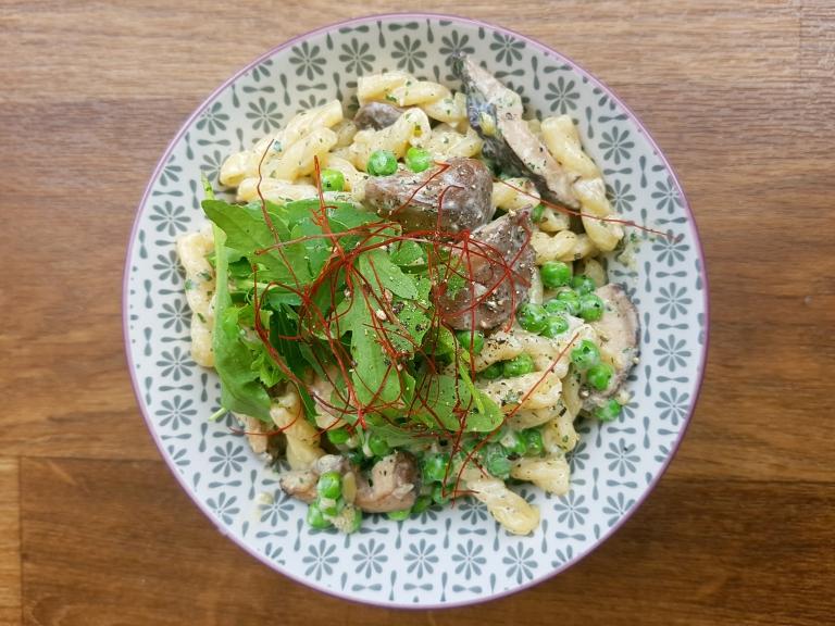 Pasta mit Erbsen, Pilzen und jeder Menge Knobi